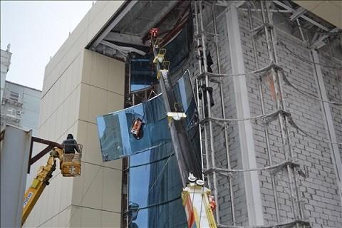 Монтаж установка лифта на фасаде здания